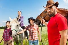 Портрет молодые люди и их лошадей в поле Стоковая Фотография RF