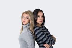 Портрет 2 молодых женщин - белокурых и брюнет Стоковые Фотографии RF