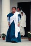 Портрет 2 молодых женщин в исторических костюмах Стоковые Изображения