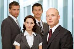 Портрет молодых кавказских бизнесменов в офисе Стоковые Изображения