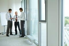 Портрет молодых кавказских бизнесменов в офисе Стоковое Изображение