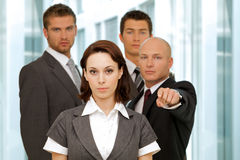 Портрет молодых кавказских бизнесменов в офисе Стоковая Фотография