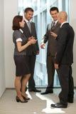 Портрет молодых кавказских бизнесменов говоря в офисе Стоковые Фото