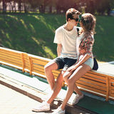 Портрет молодых пар обнимая outdoors Стоковые Фотографии RF