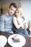 Портрет молодых пар сидя на таблице кафа Стоковые Фотографии RF