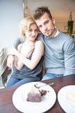 Портрет молодых пар сидя на таблице кафа Стоковая Фотография