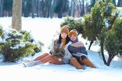 Портрет молодых пар усмехаясь и смотря в камеру в wint Стоковое Фото
