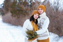 Портрет молодых пар усмехаясь и смотря в камеру в wint Стоковые Изображения