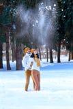 Портрет молодых пар усмехаясь и смотря в камеру в wint Стоковые Изображения RF