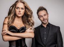 Портрет молодых привлекательных пар представляя на студии одел в черных модных одеждах. Стоковые Фотографии RF