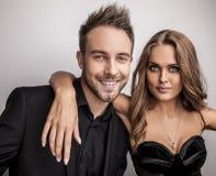 Портрет молодых привлекательных пар представляя на студии одел в черных модных одеждах. Стоковое фото RF