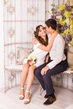 Портрет молодых привлекательных романтичных пар обнимая и целуя Образ жизни влюбленности и отношений, внутренняя спальня Стоковые Фотографии RF