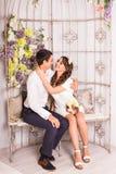 Портрет молодых привлекательных романтичных пар обнимая и целуя Образ жизни влюбленности и отношений, внутренняя спальня Стоковое Фото