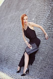 Портрет моды лета молодой стильной женщины идя на улицу Стоковые Изображения RF