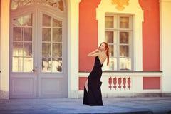 Портрет моды лета молодой стильной женщины идя на улицу Стоковые Изображения