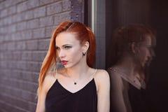 Портрет моды лета молодой стильной женщины идя на улицу Стоковые Фото
