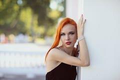 Портрет моды лета молодой стильной женщины идя на улицу Стоковая Фотография RF