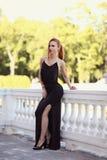 Портрет моды лета молодой стильной женщины идя на улицу Стоковые Фотографии RF