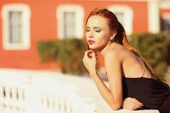 Портрет моды лета молодой стильной женщины идя на улицу Стоковое фото RF