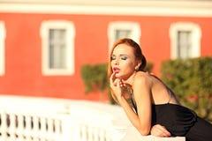 Портрет моды лета молодой стильной женщины идя на улицу Стоковая Фотография