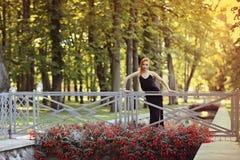 Портрет моды лета молодой стильной женщины идя на улицу Стоковое Изображение