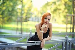Портрет моды лета молодой стильной женщины идя на улицу Стоковое Изображение RF