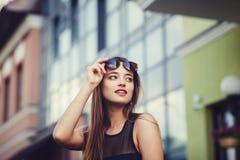 Портрет моды изумительной молодой женщины Стоковые Фотографии RF