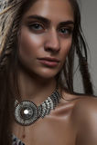 Портрет моды конца-вверх молодого horsewoman с оплетками и pe Стоковое Изображение