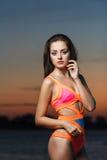 Портрет моды: красивая девушка в купальнике enjoing после захода солнца Стоковые Фотографии RF
