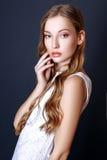 Портрет моды красивой молодой женщины с светлыми волосами Девушка в белом платье лета на черной предпосылке Стоковые Фотографии RF