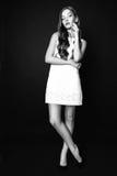Портрет моды красивой молодой женщины с светлыми волосами Девушка в белом платье лета на черной предпосылке черная белизна Стоковая Фотография