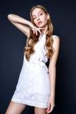 Портрет моды красивой молодой женщины с светлыми волосами Девушка в белом платье лета на черной предпосылке Стоковая Фотография RF