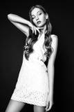 Портрет моды красивой молодой женщины с светлыми волосами Девушка в белом платье лета на черной предпосылке черная белизна Стоковая Фотография RF