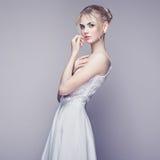 Портрет моды красивой молодой женщины с светлыми волосами Стоковая Фотография
