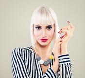 Портрет моды милой женщины с белокурыми волосами Стоковые Фото