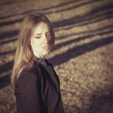 Портрет моды молодой привлекательной усмехаясь девушки стоковая фотография rf