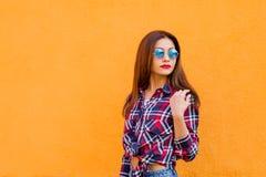 Портрет моды образа жизни лета солнечный молодой стильной женщины в солнечных очках, ультрамодной рубашки битника Экземпляр-космо Стоковые Изображения RF