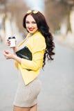 Портрет моды образа жизни лета солнечный молодой стильной женщины идя на улицу, нося милого ультрамодного обмундирования битника Стоковые Фотографии RF