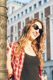 Портрет моды образа жизни лета солнечный молодой стильной женщины идя на улицу, нося милого ультрамодного обмундирования битника Стоковая Фотография