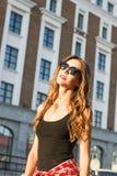 Портрет моды образа жизни лета солнечный молодой стильной женщины идя на улицу, нося милого ультрамодного обмундирования битника Стоковые Изображения RF