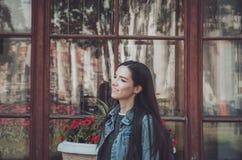 Портрет моды образа жизни лета солнечный молодой стильной женщины битника идя на улицу, нося милое ультрамодное обмундирование Стоковые Изображения RF