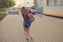 Портрет моды образа жизни лета солнечный молодой стильной женщины битника Стоковые Фото
