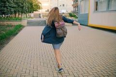 Портрет моды образа жизни лета солнечный молодой стильной женщины битника Стоковое Фото