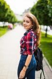 Портрет моды образа жизни лета солнечный молодой стильной женщины битника идя на улицу с рюкзаком Стоковое фото RF