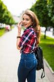 Портрет моды образа жизни лета солнечный молодой стильной женщины битника идя на улицу с рюкзаком Стоковые Фото
