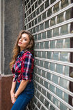 Портрет моды образа жизни лета солнечный молодой стильной женщины битника идя на улицу Стоковое Фото