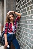 Портрет моды образа жизни лета солнечный молодой стильной женщины битника идя на улицу Стоковая Фотография RF
