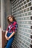Портрет моды образа жизни лета солнечный молодой стильной женщины битника идя на улицу Стоковая Фотография