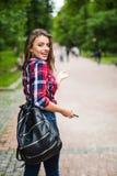 Портрет моды образа жизни лета солнечный молодой стильной женщины битника идя на улицу Стоковое Изображение RF