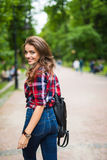 Портрет моды образа жизни лета солнечный молодой стильной женщины битника идя на улицу Стоковые Фото